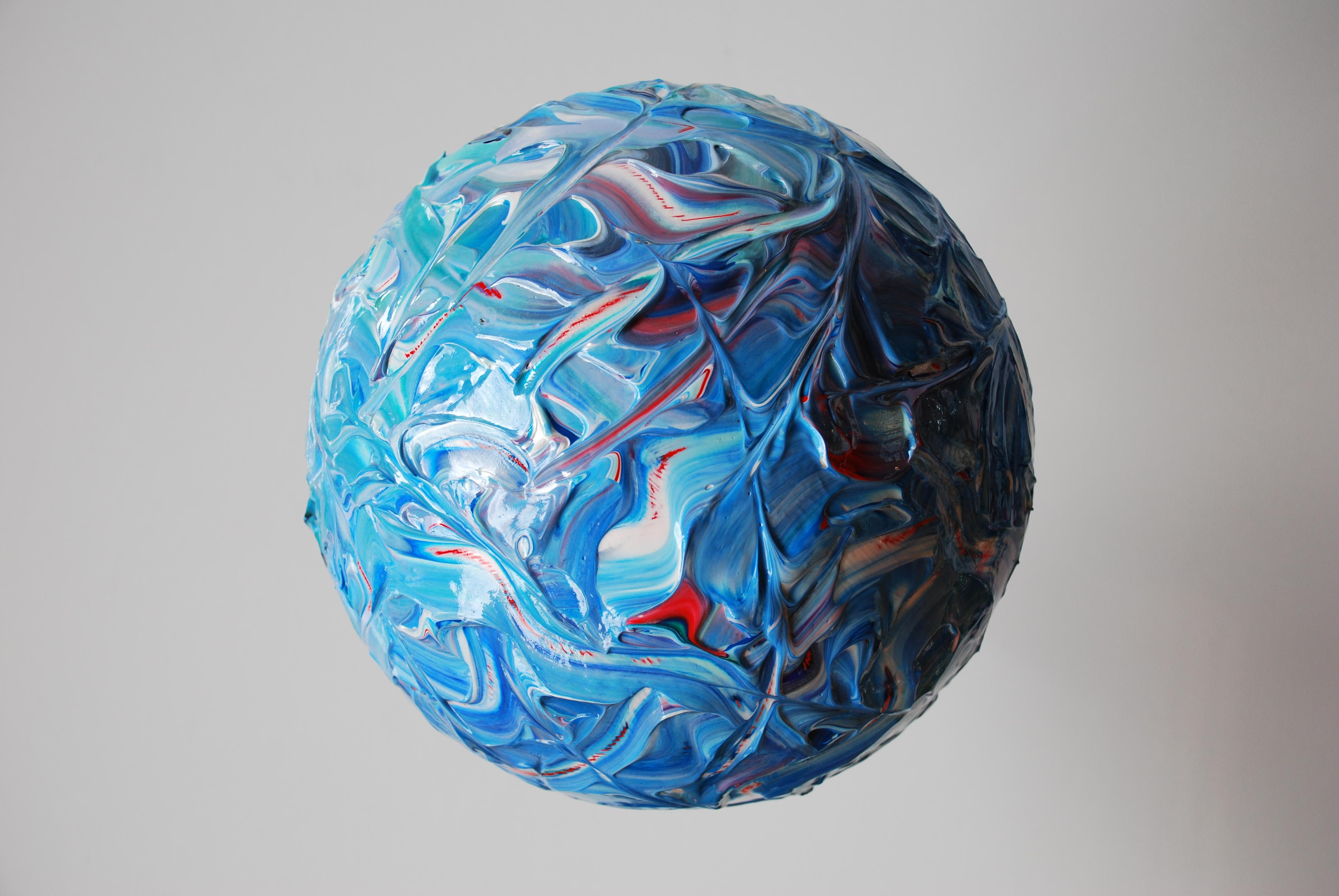 Cette sculpture trouve sa place dans la série Stellar Genesis. Elle porte le nom d'une étoile géante bleue. Cette série de sculptures, née de la fascination de l'artiste pour le mystère de la Vie, nous amène à nous interroger sur le lien qui uni l'enfance d'un univers naissant et notre propre enfance. Ces créations évoquent aussi bien les innocentes balles rebondissantes de nos jeux d'enfants, que la violente boule d'énergie en formation des étoiles. Ces sphères sont le symboles de cette dualité indispensable à la Vie.